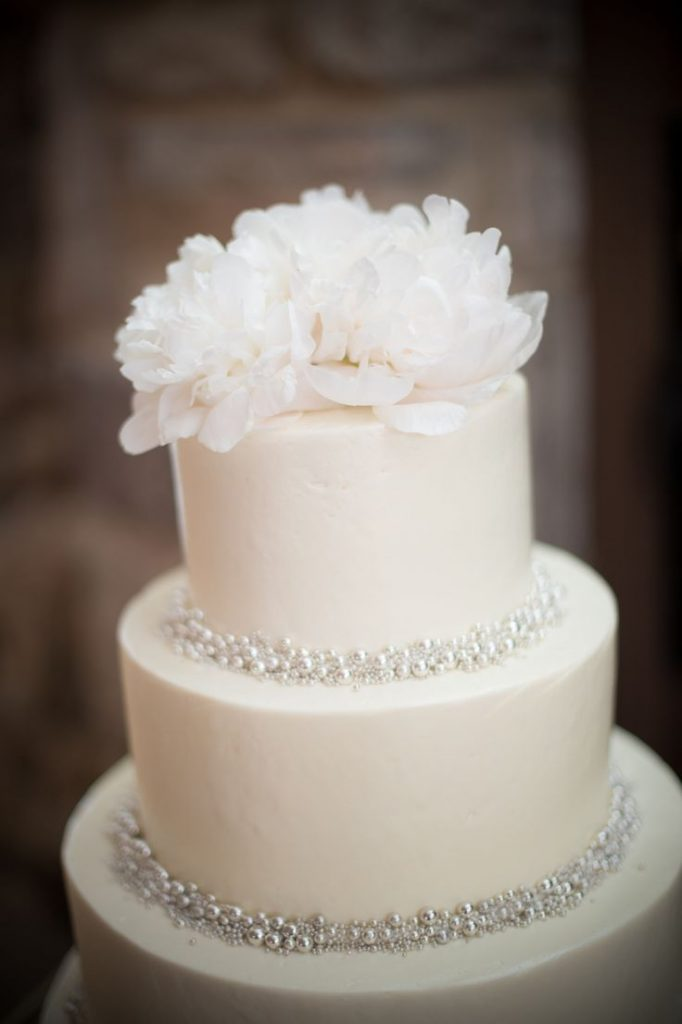 Such a beautiful simple wedding cake