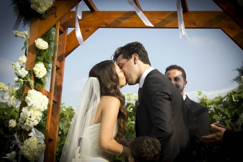 september wedding kiss