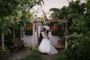 Troutdale wedding video - kiss
